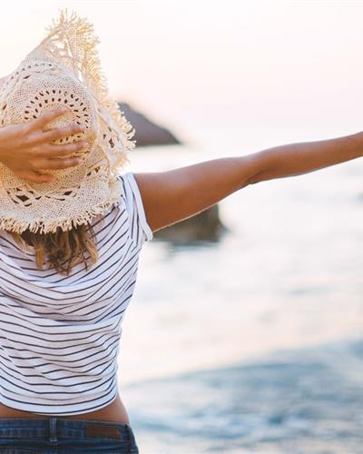 vrouw-hoed-zee-retail-1400x780px
