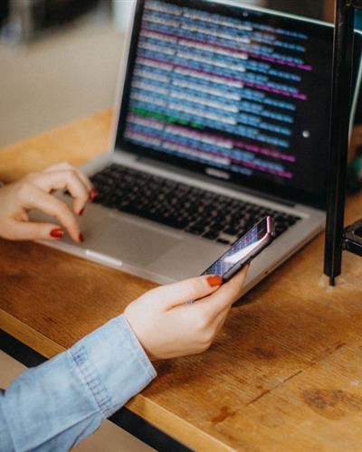 vrouw-laptop-retail-1400x780px